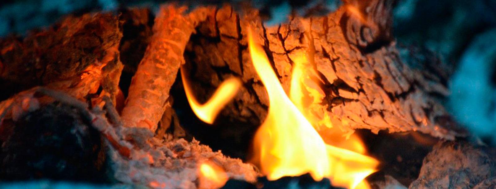 Quema de leña humeda, el calor de hogar que mata